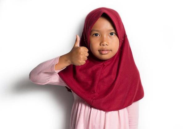 Aziatisch moslimmeisje op een witte achtergrond