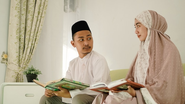 Aziatisch moslimpaar dat aanbidding bespreekt