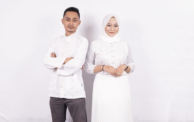Aziatisch moslimpaar dat moslimkleren draagt