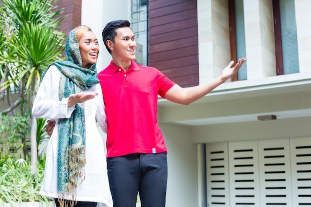 Aziatisch moslimpaar die huis kiezen
