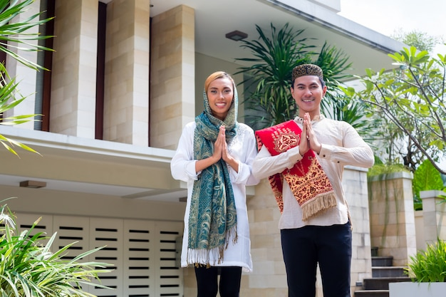 Aziatisch moslimpaar die traditionele kleding dragen