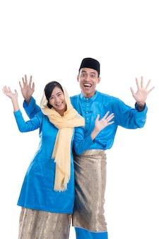 Aziatisch moslimpaar opgewonden over witte achtergrond