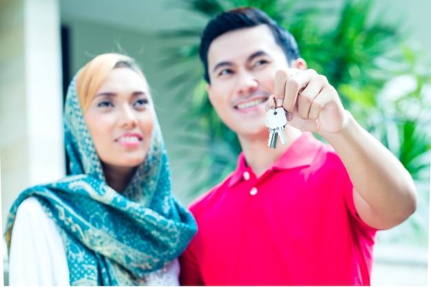 Aziatisch moslimpaar verhuizen naar huis