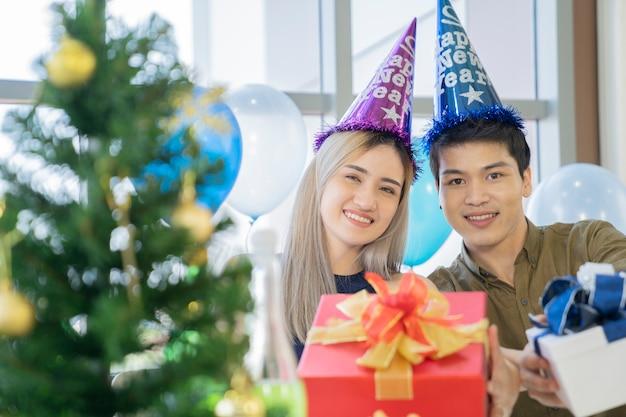 Aziatisch paar bij gelukkig nieuwjaar
