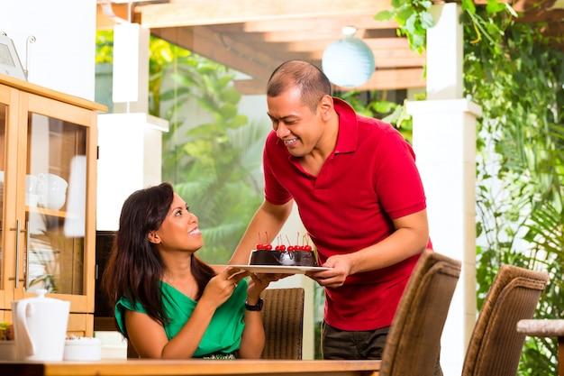 Aziatisch paar dat koffie in woonkamer heeft