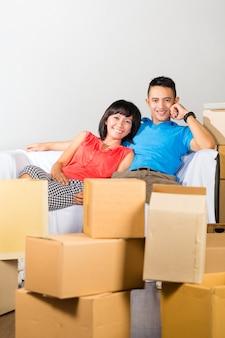 Aziatisch paar dat onderbreking heeft terwijl zich binnen het bewegen
