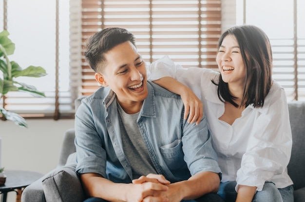 Aziatisch paar dat pret heeft en in het houden van van ruimte lacht