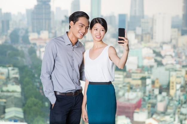 Aziatisch paar nemen selfie foto met smartphone