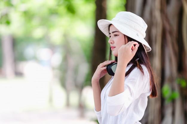 Aziatisch portret van mooie jonge vrouw in de natuur