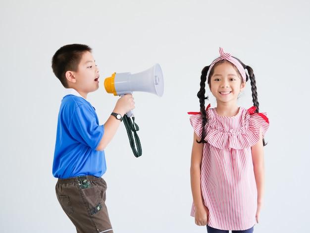 Aziatisch schattig jongen en meisje met megafoon zingen