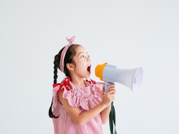 Aziatisch schattig meisje met megafoon zingen