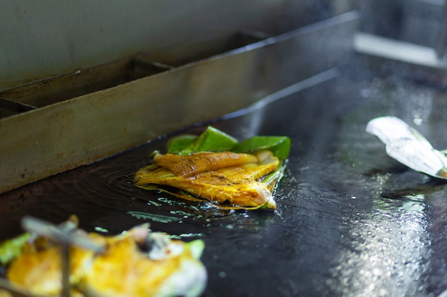 Aziatisch straatvoedsel. pannenkoek op een vel