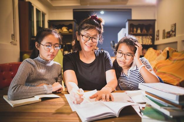 Aziatisch tienerstudent en vrouwenleraar toothy het glimlachen gezicht in moderne klassenruimte