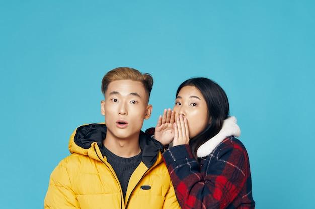 Aziatisch vrouw en man stellend model samen