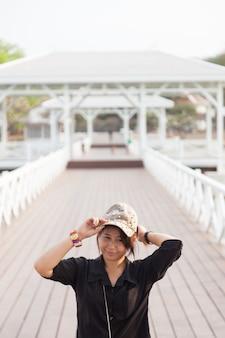 Aziatisch vrouwen zwart shirt. ze draagt een hoed