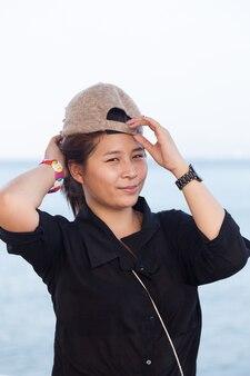 Aziatisch vrouwen zwart shirt. ze droeg een hoed