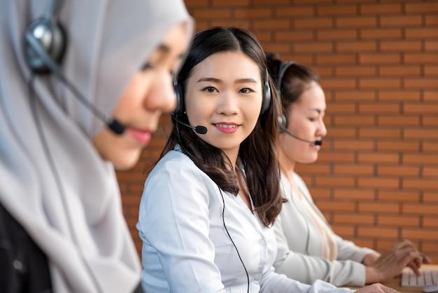 Aziatisch vrouwenteam die in call centre werken