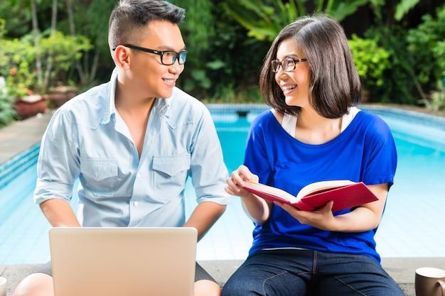 Aziatisch welvarend paar in de tuin