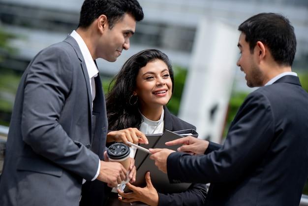Aziatisch zakenlui die buiten bureauvergadering hebben