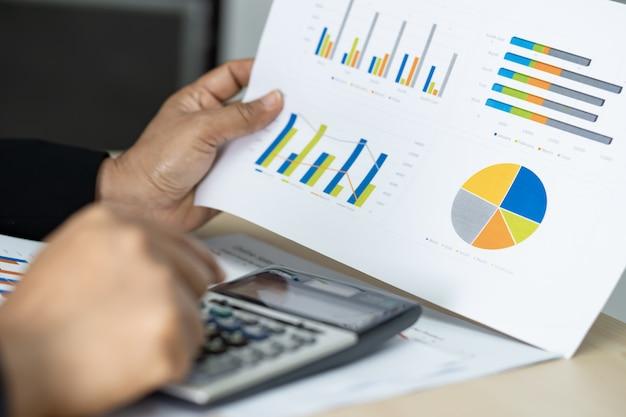 Aziatische accountant die en financiële rapporten werkt analyseert