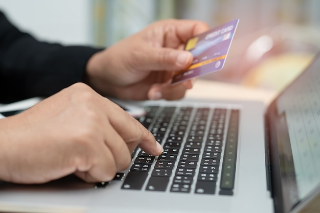 Aziatische accountant werken en analyseren van financiële rapporten projectboekhouding met grafiek, grafiek en rekenmachine in moderne kantoren, financiën en bedrijfsconcept.
