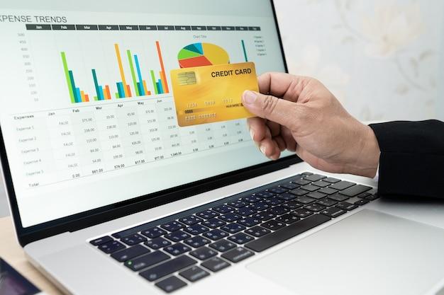 Aziatische accountant werkt aan het berekenen en analyseren van rapportprojectboekhouding
