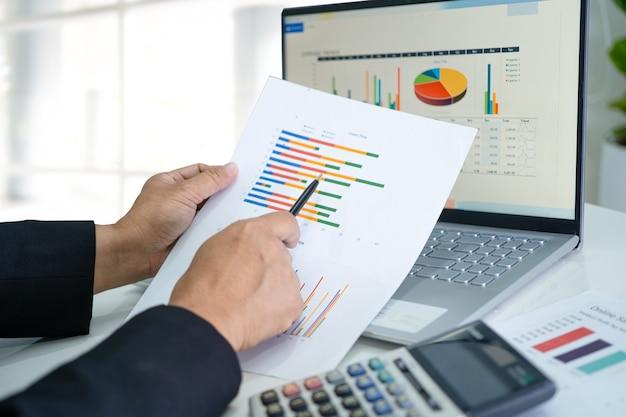 Aziatische accountant werkt en analyseert financiële rapporten projectboekhouding