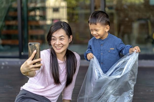 Aziatische alleenstaande moeder en zoon zijn samen selfie wanneer ze in een loft wonen voor zelfstudie