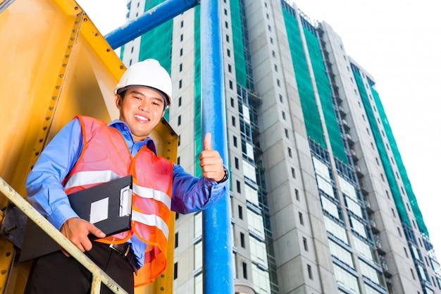 Aziatische arbeider of supervisor op bouwterrein