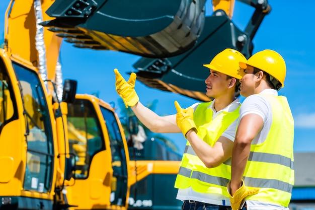 Aziatische arbeiders op bouwwerf
