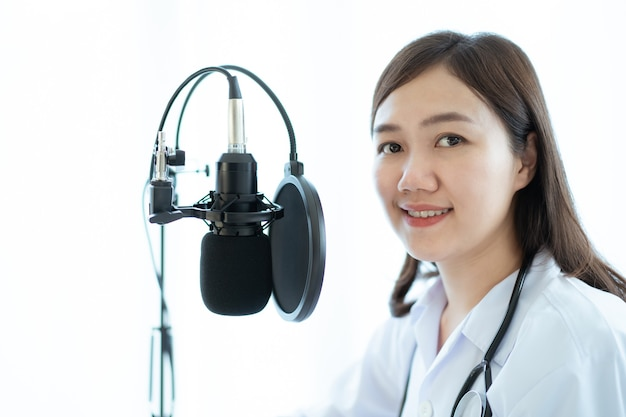 Aziatische arts die een online videoconferentie maakt met haar patiënt, tele-medisch serviceconcept. vrouwelijke arts die een medicijnadvies geeft via online podcast.