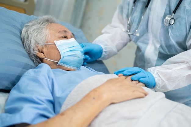 Aziatische arts draagt pbm-pak ter bescherming van het covid-19 coronavirus.