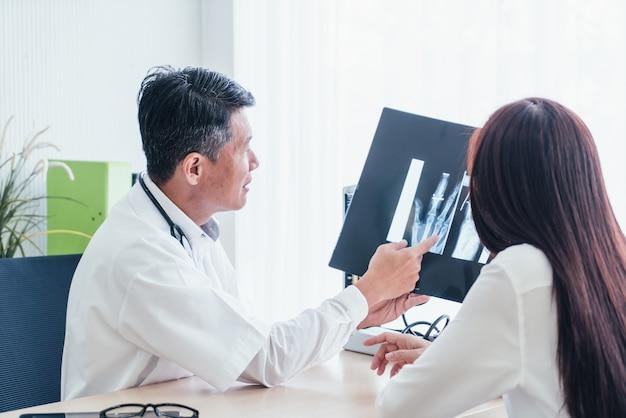 Aziatische arts en patiënt bespreken
