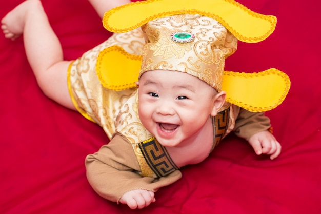 Aziatische baby in kostuumkoning van cosplay van china