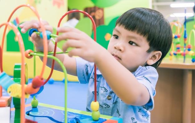 Aziatische baby spelen met educatieve speelgoed