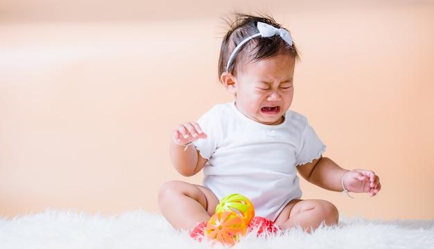 Aziatische baby triest huilen