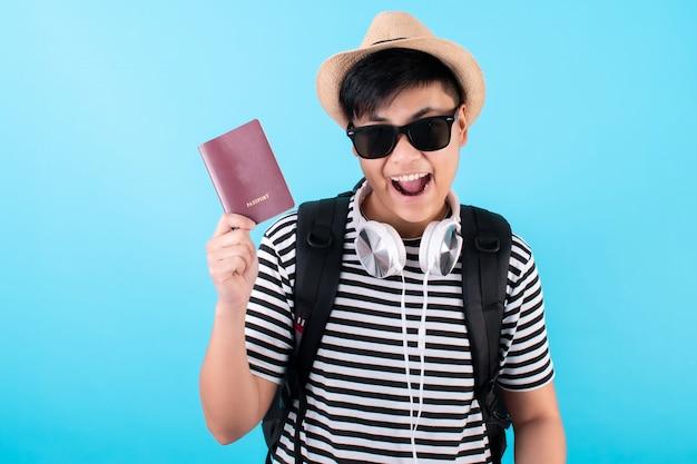 Aziatische backpackers hebben paspoorten en genieten van een vakantie op een blauw
