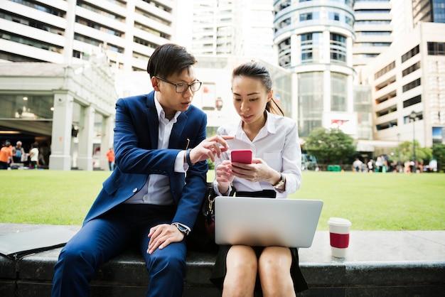 Aziatische bedrijfsmensen die samenwerken