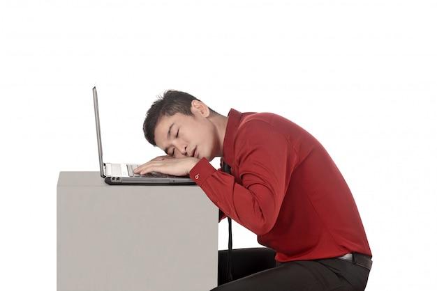 Aziatische bedrijfsmensenslaap die met laptop werken