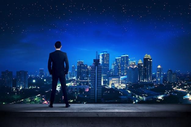 Aziatische bedrijfspersoon die zich op het dak bevindt