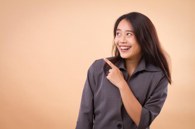 Aziatische bedrijfsvrouw die benadrukt
