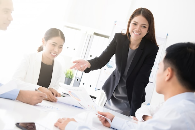 Aziatische bedrijfsvrouw die haar werk voorstelt