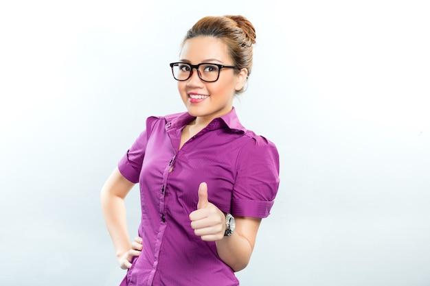 Aziatische bedrijfsvrouw die succes hebben die het tonen door duimen op te geven