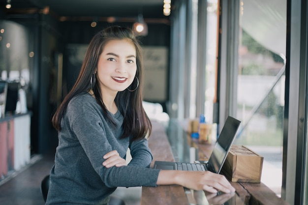 Aziatische bedrijfsvrouwen die notitieboekje voor het werken gebruiken