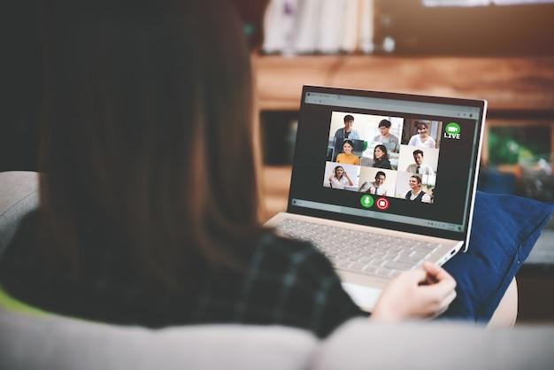 Aziatische bedrijfsvrouwenvergadering met multi-etnische bedrijfsmensen en vdo-conferentie live streaming in het werk van huisconcept