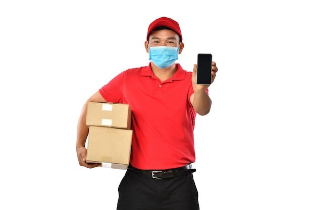 Aziatische bezorger in rood uniform met pakket kartonnen doos