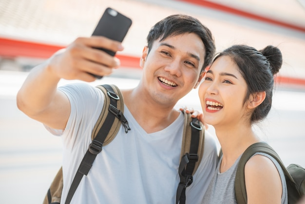 Aziatische bloggerpaarreis in bangkok, thailand