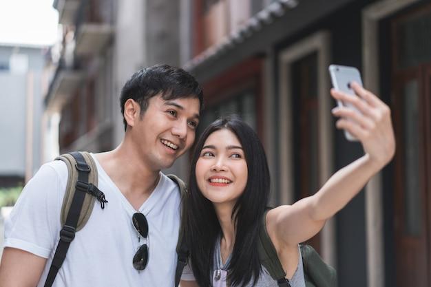 Aziatische bloggerpaarreis in peking, china