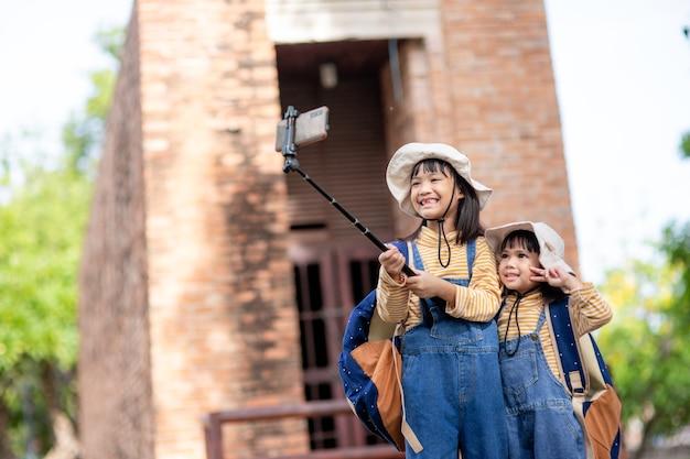 Aziatische broers en zussen die selfies nemen. selfie-foto's maken met een smartphone
