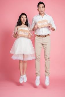 Aziatische bruid en bruidegom springen